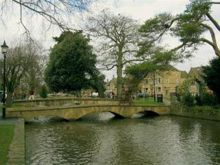 Small Group Tour to Oxford, Stratford and Cotswolds with 2-Course Lunch from Lon